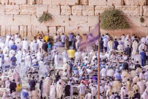 Betende Juden an der Klagemauer am Vorabend von Jom Kippur