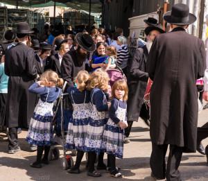 Familie am Tag vor Jom Kippur im Jerusalemer Stadtteil Mea Sharim, in dem ultra-orthodoxe Juden leben